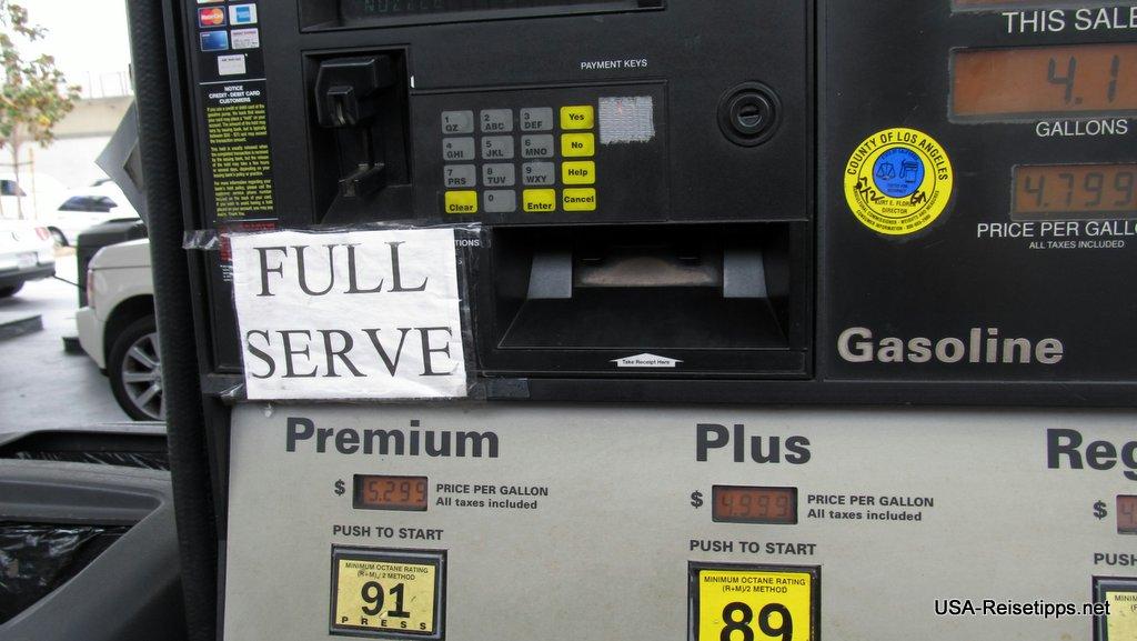 Tanken in den USA Full Service. Meist bei verlassen Tankstellen auf dem Land oder in Großstädten (Hier in Beverly Hills).