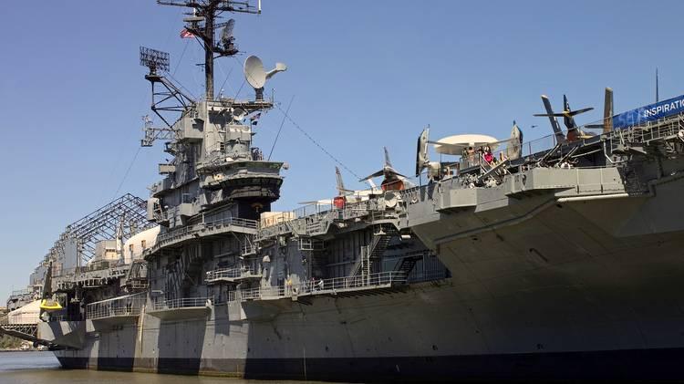 Am Pier 86 liegt die USS Intrepid. Für technisch Interessierte ein muss. Man sollte etwa 90 Min für den Besuch einplanen.