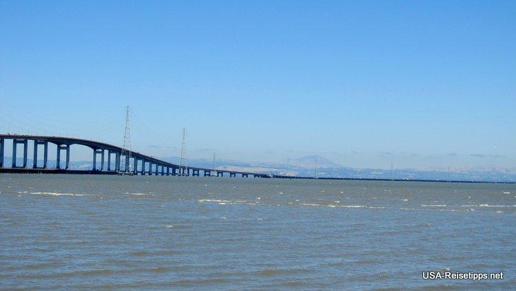 Die San Mateo Bridge vom Ufer in Forster City aus gesehen.